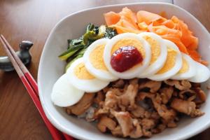 ビビンバ風どんぶり(にんじんと小松菜のナムル)